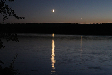 Picture of the moon over the Mississippi River